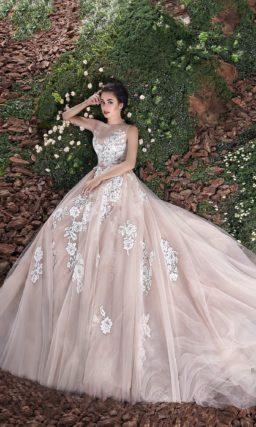 Свадебное платье «рыбка» с бежевой подкладкой и крупным белым кружевом.