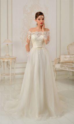 Прямое свадебное платье с длинным рукавом и портретным вырезом.