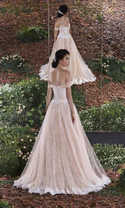 Бежевое свадебное платье силуэта «принцесса» с широкими бретелями на предплечьях.