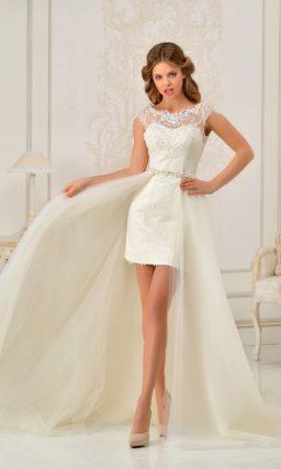 Короткое свадебное платье с закрытым верхом и длинной пышной верхней юбкой.