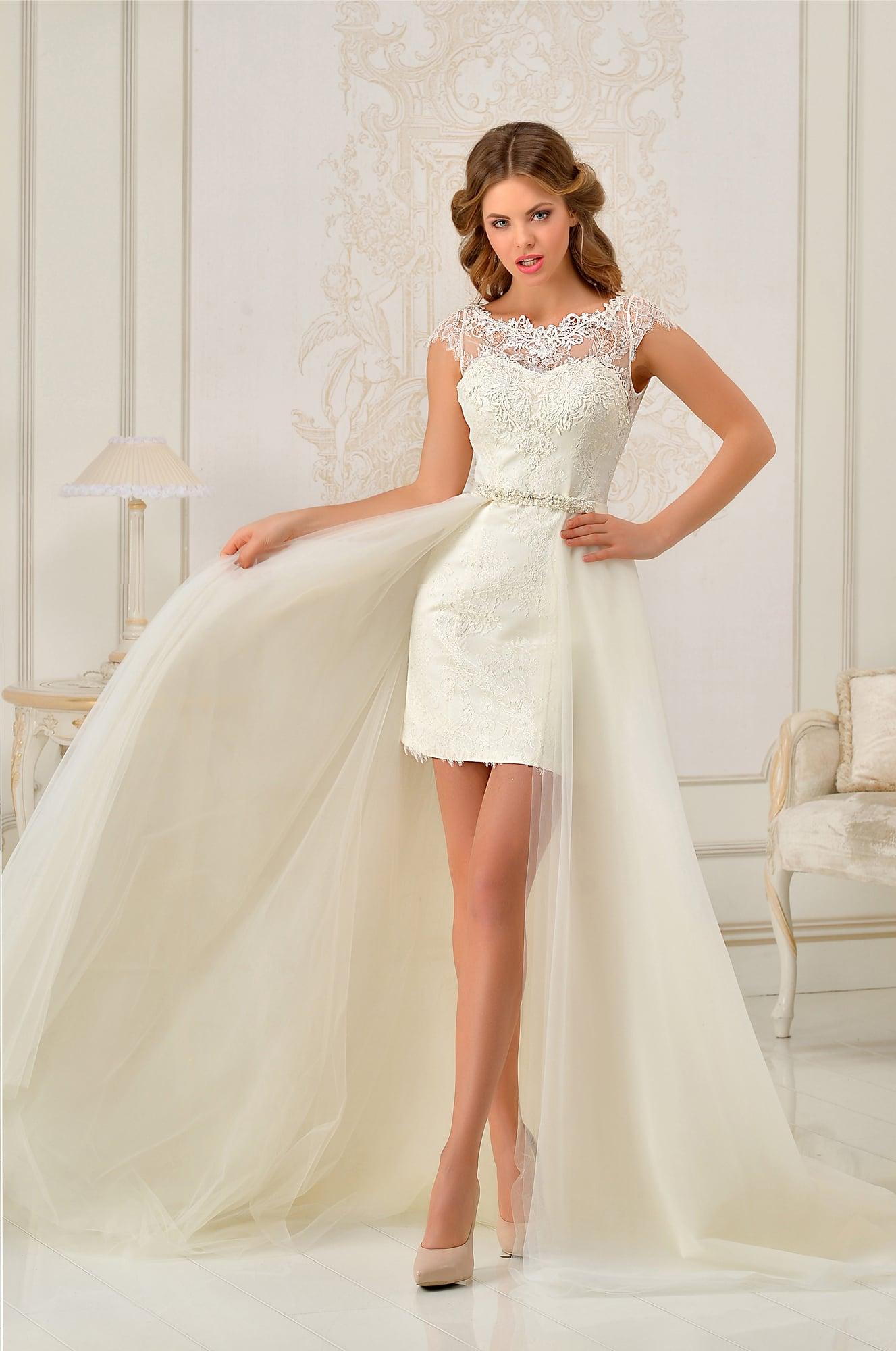 5c6a000f3354a49 Короткое свадебное платье с закрытым верхом и длинной пышной верхней юбкой.