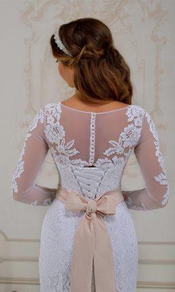 Свадебное платье силуэта «рыбка» с длинными рукавами и широким цветным поясом.