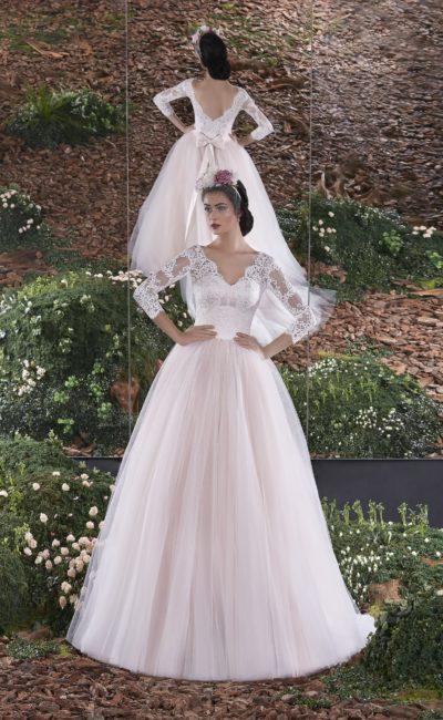 Пышное свадебное платье с кружевными рукавами и V-образным вырезом сзади.