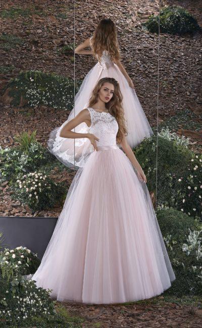 Пышное свадебное платье с кружевным верхом, широким атласным поясом и розовой юбкой.