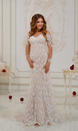 Свадебное платье силуэта «рыбка» с бежевой подкладкой и ажурной отделкой по всей длине.