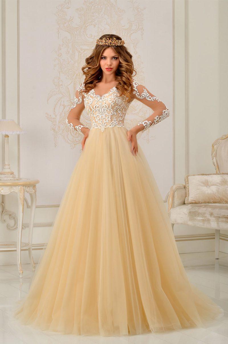 Золотистое свадебное платье силуэта «принцесса» с длинным ажурным рукавом.