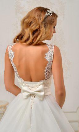 Ажурное свадебное платье силуэта «принцесса» с широким атласным поясом.
