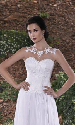 Прямое свадебное платье с ажурным вырезом «замочная скважина» на спинке.