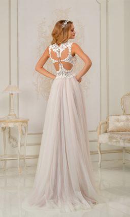Розовое свадебное платье прямого силуэта с отделкой белым кружевом.