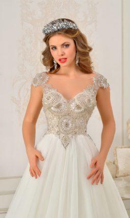 Свадебное платье силуэта «принцесса» со сверкающей бисерной отделкой корсета.