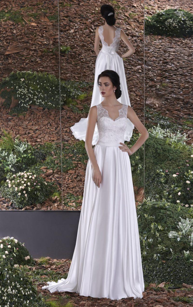 Прямое свадебное платье из атласа с изящным ажурным верхом.