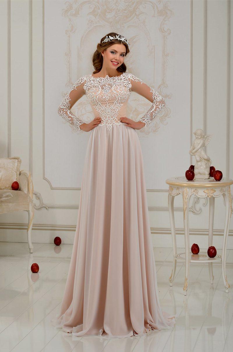 Прямое свадебное платье бежевого оттенка с нежной кружевной отделкой.