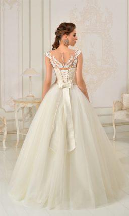 Пышное свадебное платье цвета слоновой кости с широким атласным поясом.