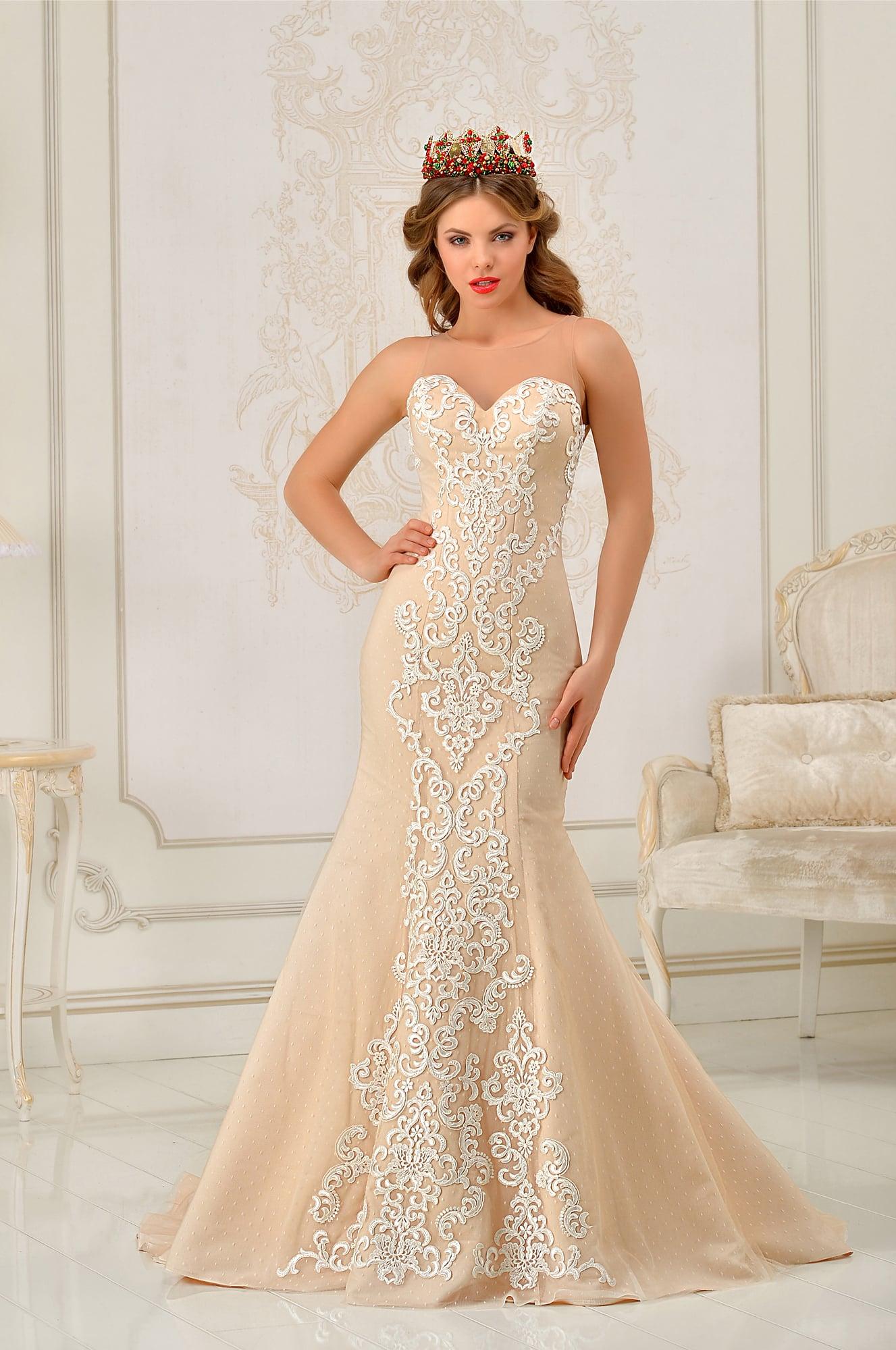9ff61d8e3ad Открытое свадебное платье силуэта «рыбка» бежевого цвета с белоснежной  отделкой.