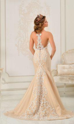 Открытое свадебное платье силуэта «рыбка» бежевого цвета с белоснежной отделкой.