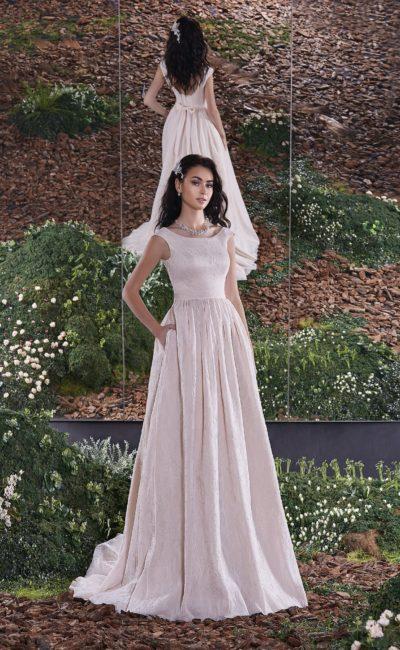 Прямое свадебное платье пастельного розового цвета с округлым вырезом на спине.
