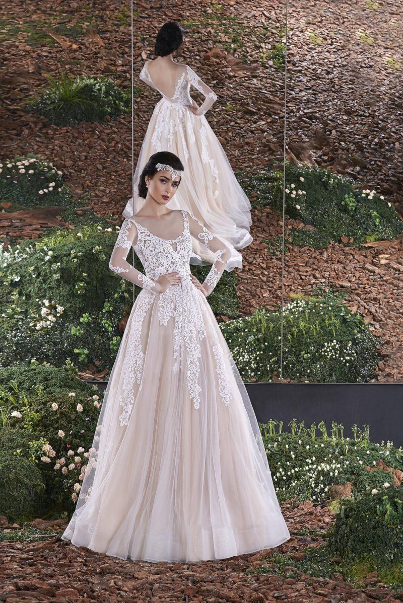Бежевое свадебное платье силуэта «принцесса» с облегающими ажурными рукавами.