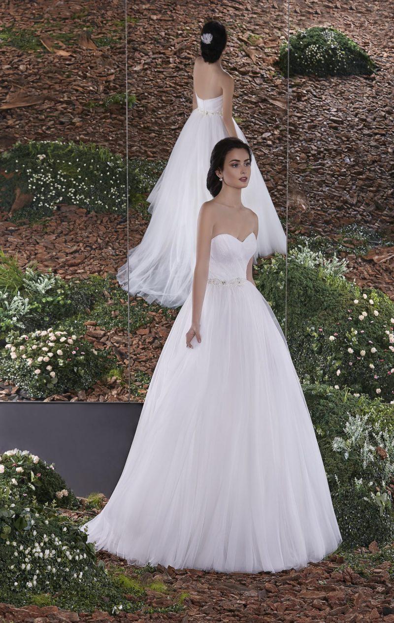 Открытое свадебное платье пышного силуэта с дополнительным ажурным верхом.