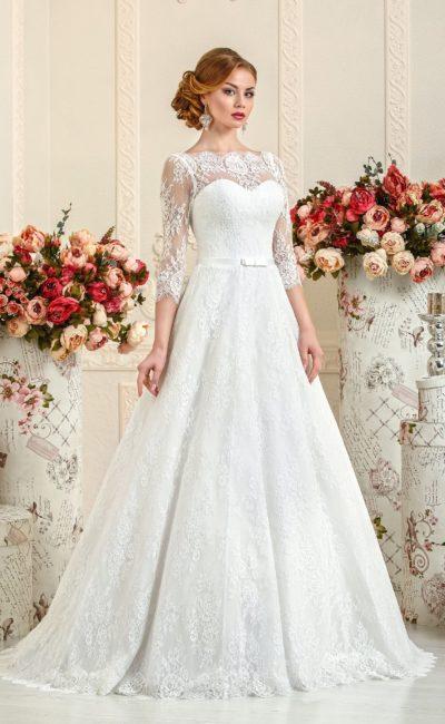 Свадебное платье с портретным декольте и рукавами из кружевной ткани.