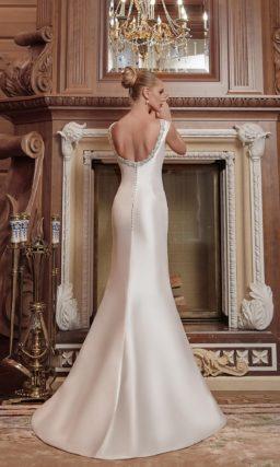 Атласное свадебное платье «рыбка» с вышивкой у выреза и верхней юбкой.