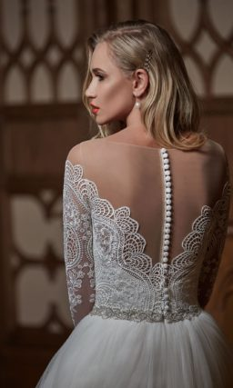 Свадебное платье «принцесса» с длинными кружевными рукавами и ажурной спинкой.