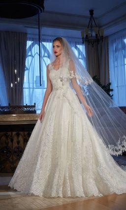 Кружевное свадебное платье «принцесса» с округлым вырезом на спинке и шлейфом.
