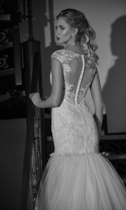 Облегающее свадебное платье силуэта «рыбка» с многоярусной юбкой.