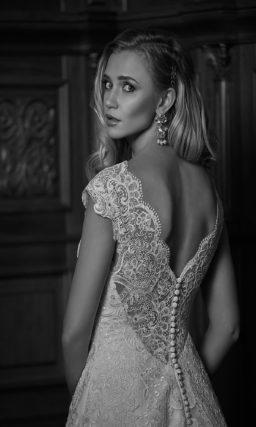 Кружевное свадебное платье «принцесса» с округлым вырезом и V-образным декольте сзади.