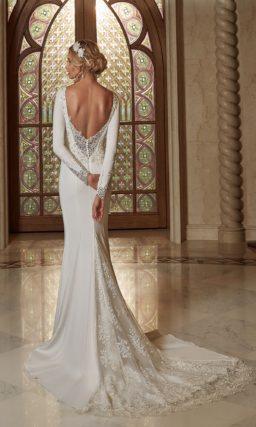 Свадебное платье «рыбка» из атласа с V-образным декольте на спине.