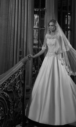 Атласное свадебное платье «принцесса» с вырезом «замочная скважина» на спине.