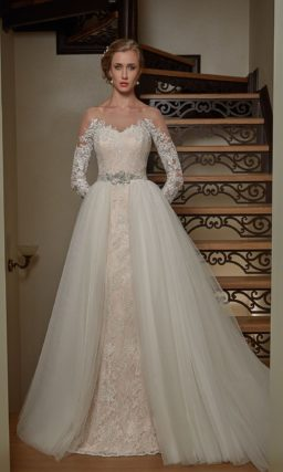 Свадебное платье «рыбка» с бежевой подкладкой и пышной верхней юбкой.