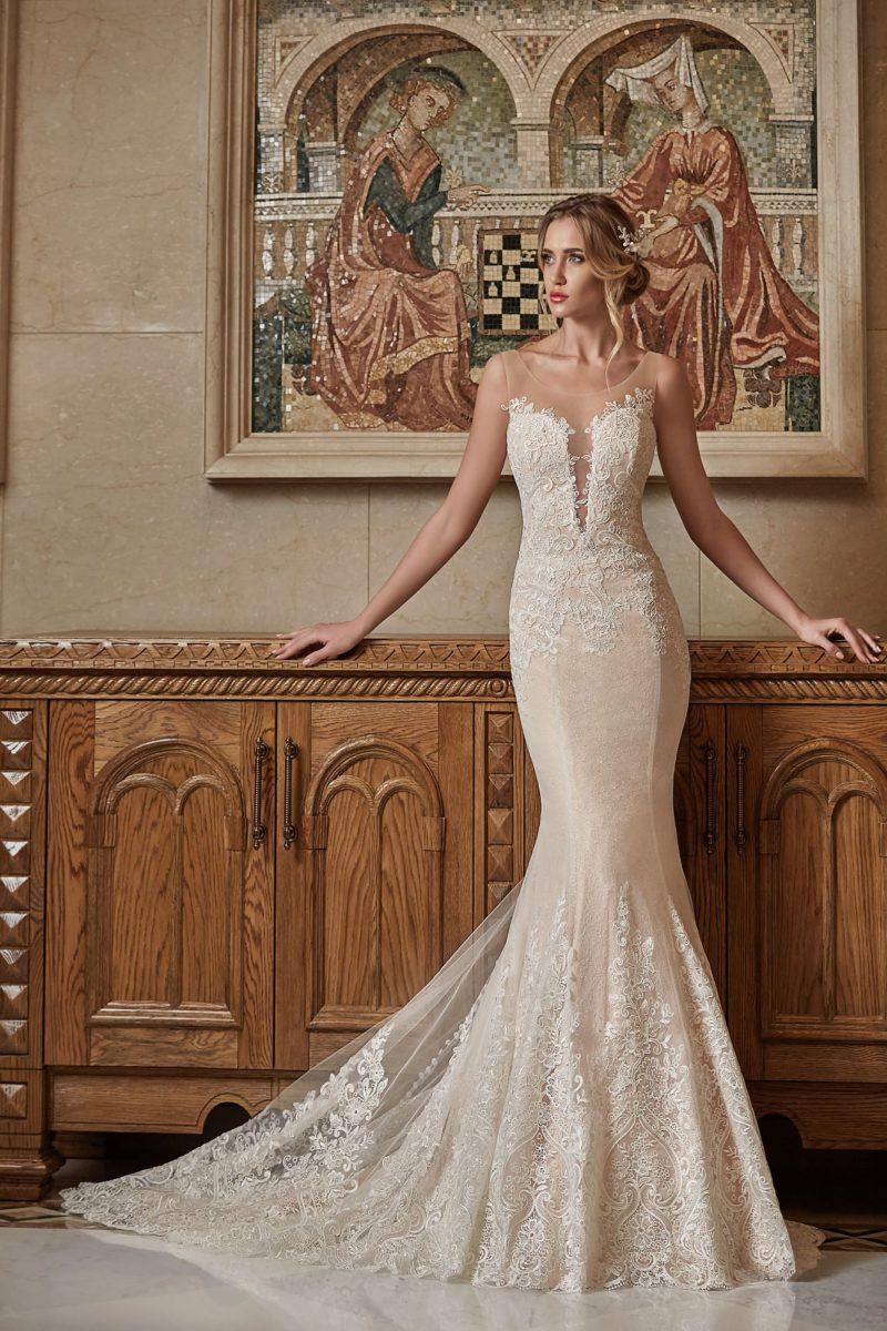 Бежевое свадебное платье силуэта «рыбка» с декором из белой кружевной ткани.