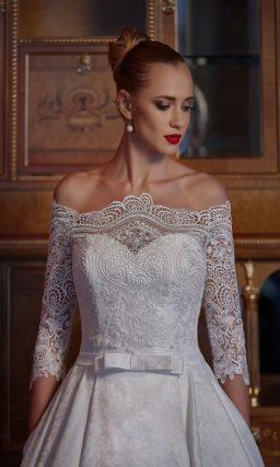 Открытое свадебное платье «принцесса» выполнено из плотной ткани с цветочной фактурой.
