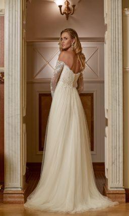 Ампирное свадебное платье цвета слоновой кости с кружевным портретным декольте.