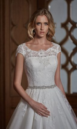 Закрытое свадебное платье «принцесса» с фигурным декольте и узким поясом.