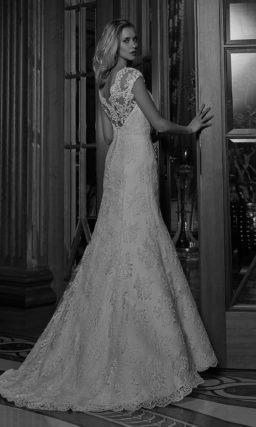 Свадебное платье «рыбка» с декором из широкой полосы кружева по всей длине платья.