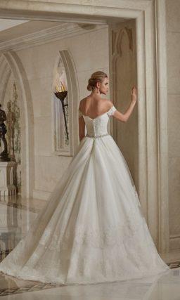 Свадебное платье «принцесса» с портретным декольте и кружевом на юбке.