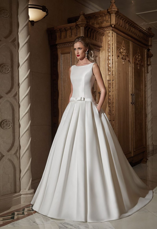 Закрытое свадебное платье «принцесса» из атласа, с вырезом бато и скрытыми карманами.