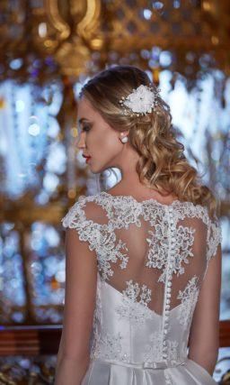 Атласное свадебное платье с силуэтом «принцесса» и кружевной отделкой корсета.