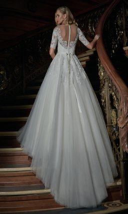 Свадебное платье «принцесса» с кружевным корсетом и рукавами длиной до локтя.