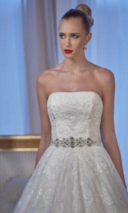 Открытое свадебное платье «принцесса» с блестящим поясом и глянцевой отделкой.