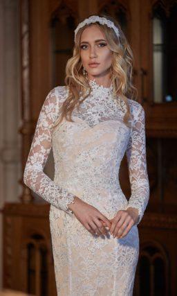 Закрытое свадебное платье «рыбка» с кружевными рукавами и воротником-стойкой.