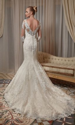 Кружевное свадебное платье силуэта «рыбка» с длинными рукавами.