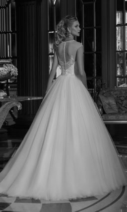 Свадебное платье силуэта «принцесса» с округлым вырезом и ажурной спинкой.