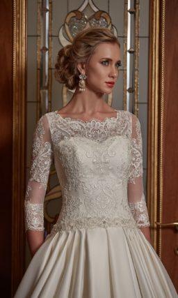 Свадебное платье силуэта «принцесса» с верхом из плотного кружева.