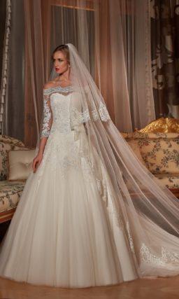 Свадебное платье с портретным декольте и шлейфом сзади.
