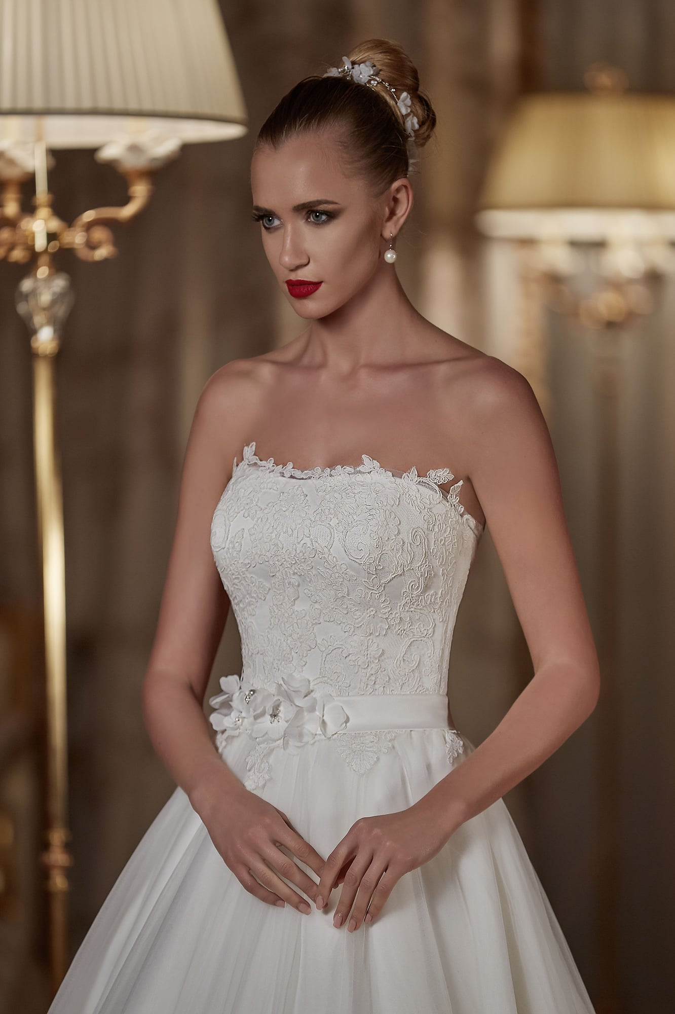 Свадебное платье «принцесса» с объемной отделкой и кружевным болеро.