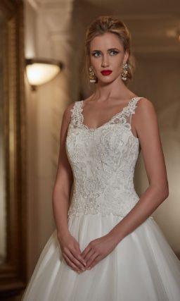 Свадебное платье «принцесса» с длинным пышным шлейфом и V-образным декольте.