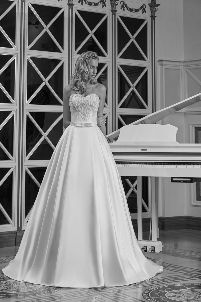 Свадебное платье «принцесса» из атласной ткани с вышивкой по открытому корсету.
