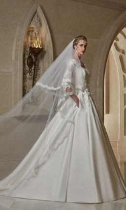 Свадебное платье «принцесса» из атласа, с длинным рукавом и аппликациями на корсете.